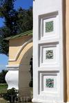 Изразцовые украшения фасада церкви Иоанна Предтечи.