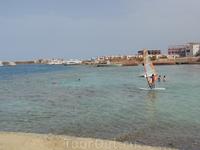 Пляж отеля Кинг Тут там проходят занятия аквааэробикой и занимаются водными видами спорта
