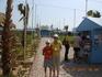 Вход в дельфинарий и киоск, к которому нас подвел автобусный канарейка. Где мы ожидали узнать цену за плавание с дельфинами, а главное, будем ли мы доставлены ...