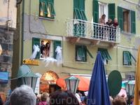Вернувшись вечером в Вернаццу, мы обнаружили около своего отеля итальянскую свадьбу. В общем, все пропустили :)