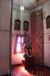 Еще в одной комнате расположены картины и статуи на церковную тематику