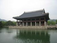 """Дворец Кенбоккун. Один из самых """"туристических"""" дворцов. Это не удивительно, потому что он самый большой и роскошный. Хотя, если вспомнить Петергоф, осознаешь ..."""