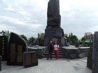 Возле памятника погибшим. Мы с моим коллегой из Грозного.