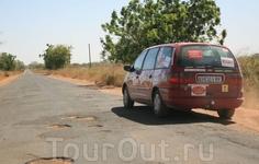 Трансгамбийское шоссе - самая ужасающая дорога региона.