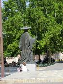 У дворца установлена статуя Pedro González de Mendoza - это первый герцог Мендоза, поселившийся в этих местах, кардинал и советник Католических Кооролей. На месте дворца были строения, принадлежавшие Педро. В 1480 году второй герцог Infantado, Íñigo López de Mendoza y Luna, снес эти старые строения и поручил построить дворец, достойный славы великого семейства.