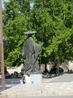 У дворца установлена статуя Pedro González de Mendoza - это первый герцог Мендоза, поселившийся в этих местах, кардинал и советник Католических Кооролей ...