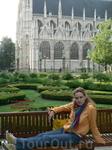 Это упомянутый сквер и вид на готический собор, который мне так понравился