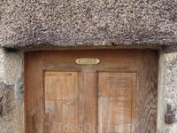 Странная дверь внутри монастыря. Ведущая в чью-то частную собственность