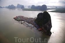 Деревня Ко Pannyi, залив Панг Нга, Таиланд На юго-западном побережье Таиланда находится ряд красивых заливов со многими островами. Панг-Нга Бей сформировался ...