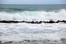 красивые бирюзовые волны бушующего тёмного моря... а шум остался только в памяти