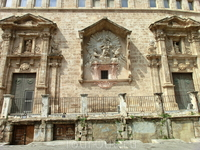 Еще одно украшение этого фасада - образ  Virgen del Rosario. Весь этот фасад - просто праздник стиля барокко, он богато украшен орнаментами, каменными ...