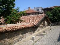 Это одна из церквей построенных во времена турецкого владычества. Она не могла быть выше, чем кончик копья воина, сидевшего на лошади