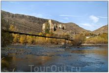 Крепость Хертвиси расположена на высоком скалистом холме в узком ущелье на месте слияния рек Куры и Паравани.