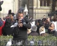 Этого мужчину с голубями  видели многие на площади перед Нотр Дамом.