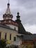 Старинная башня монастырской стены (на заднем плане), сохранившаяся до наших дней.