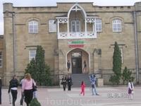 В прошлом - библиотека, сейчас - не понятно что ( с другой стороны нарзанной галереи - со стороны курортного бульвара)