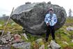 Мы добрались до самой высокой точки, этот валун стоит на высоте более 400 м над уровнем моря. Отсюда открывается грандиозная панорама на просторы Карелии ...