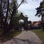 Ворота, через которые из города можно войти на территорию дворца Фештетичей. На всякий случай, сайт музея: http://helikonkastely.hu/hu/