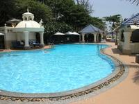 Отель Lang Rung,арендовали лежак и полотенце у бассейна.