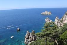 С вершины монастырских стен открываются прекрасные виды на остров