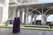 Для посещения мечети выдают специальные накидки