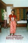 На фабрике индонезийского батика - национальная одежда индонезийцев саронг.