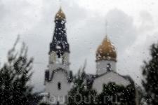 в Сестрорецке сделали небольшую остановку... дождь не кончался, он даже становился всё сильнее... даже не хотелось выходить из машины. Это купол и колокольня ...