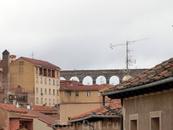 В просветах над крышами домов мелькал знаменитый акведук.
