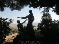 Потрясающая в своей лаконичности и выразительности скульптурная группа: Иисус прощающий Петра и напутствующий его на апостольское служение....Берег моря ...