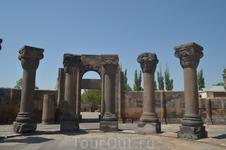 Звартноц простоял более трехсот лет и около 930 года был разрушен землетрясением. Как выяснили исследователи, зодчему, строившему храм, не удалось полностью ...