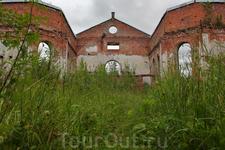 До наших дней сохранились лишь внешние стены из красного кирпича, а внутри всё заросло травой и кустарниками.
