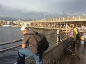 И мы идем дальше, через Галатский мост, на рыбный рынок Стамбула. Мост двухэтажный: поверху едет транспорт, у перил стоят рыбаки… На нижнем этаже находятся ...