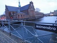 В Копенгагене много каналов и мостов.