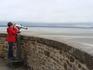 Отлив. Многие уходят довольно далеко от монастыря. Когда наступает прилив, то вода прибывает со скоростью около 6 км/ч