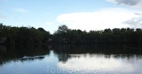 Это озеро находится перед Розовым Замком,окружено  лесом.