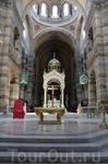 Создателями собора являются архитекторы - Водуайе и Эсперандье. Конечно ему не сравниться с Нотр-Дам-де-ля-Гард в убранстве, но собор гораздо просторнее ...