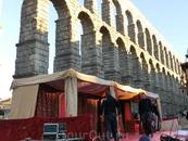 Возле акведука рабочие практически закончили монтировать сцену с тронами для Los Reyes Magos. Праздник все ближе, до автобуса остается все меньше времени ...