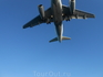 Самолет пролетает прямо над тобой, его можно разглядеть во всех подробностях, от гула и шума закладывает в ушах. У меня аж дух захватывало, когда самолет ...