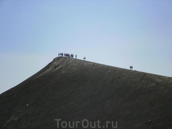 Идущая впереди нас группа уже забралась на вершину.