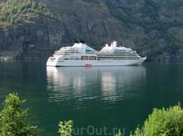 В порт городка Флом или Флам, как Вам удобно, ежедневно заходят туристические круизные лайнеры и суда.