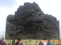 На острове ваяют самую большую статую в мире...это ее часть сам Гаруда, по макету сверху на нем будет еще более огромный мифический бог Вишну!