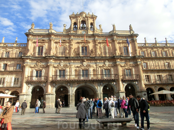 La Plaza Mayor Саламанки по праву считается одной из самых красивых площадей в Испании. Окруженная зданиями теплого цвета с искусной ювелирной резьбой по камню она заставляет биться сильнее сердца, влюбленные в архитектуру.  Начало ее строительства датируется ...