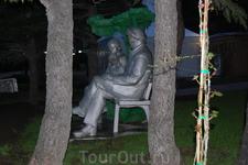 """Это тот самый Ленин с детьми. Он сидит как сидел уже который десяток лет и считается охраняемым памятником.  Жители """"Садов Морей"""" получат его навсегда ..."""