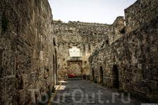 Проход в крепость делает несколько изгибов, что бы обороняющимся было проще