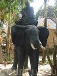 Пагода расположена в большом зеленом парке, со множеством всяких скульптур и статуй, на религиозную тему