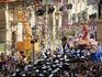 Праздник Пасхи наоборот наполнен чувством радости, но традиция рассказа библейских историй в процессиях продолжается. В воскресенье утром формируются две ...