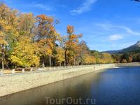 Объем этого озера, питающего фонтаны парка 216.000 м3. В этому году из-за экстремально сухого лета, даже оно немного обмелело.
