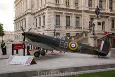 Самолет у музея авиации
