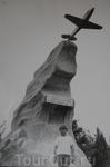 Это самолетик ЯК-З, он тоже стоит на Малаховом кургане – только уже в память героям Великой Отечественной войны, летчикам.  Моему братцу  Леше он всегда ...