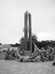 памятник пожарным, которые положили свои жизни при тушении реактора. при допустимых 600 микрорентген, они тушили при 5000-6000